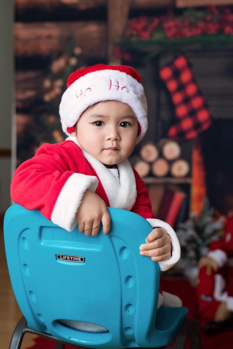 Thủy Tiên - bà xã Đan Trường vừa tung hàng loạt ảnh mùa Noel của con trai Thiên Từ.