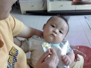 Bố mẹ cho ăn dặm sai cách khiến bé 5 tháng tuổi nhập viện vì bụng đầy sỏi