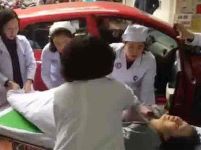 Bảo vợ cố nhịn đẻ, chồng Hải Phòng choáng váng khi nhìn cảnh tượng trên xe