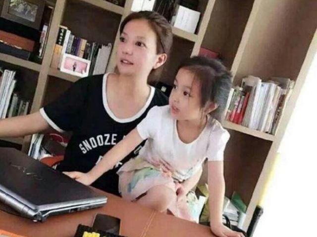 Con gái Lâm Tâm Như mới 2 tuổi, con gái Triệu Vy đã được khen Giỏi từ vạch xuất phát