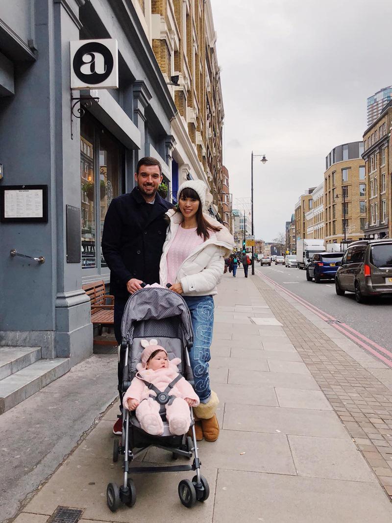 Siêu mẫu Hà Anh cùng chồng Tây và con gái Myla đang có mặt ở London, nước Anh - quê hương của ông xã cô. Đây là lần đầu tiên cô bé được về nơi bố sinh ra.