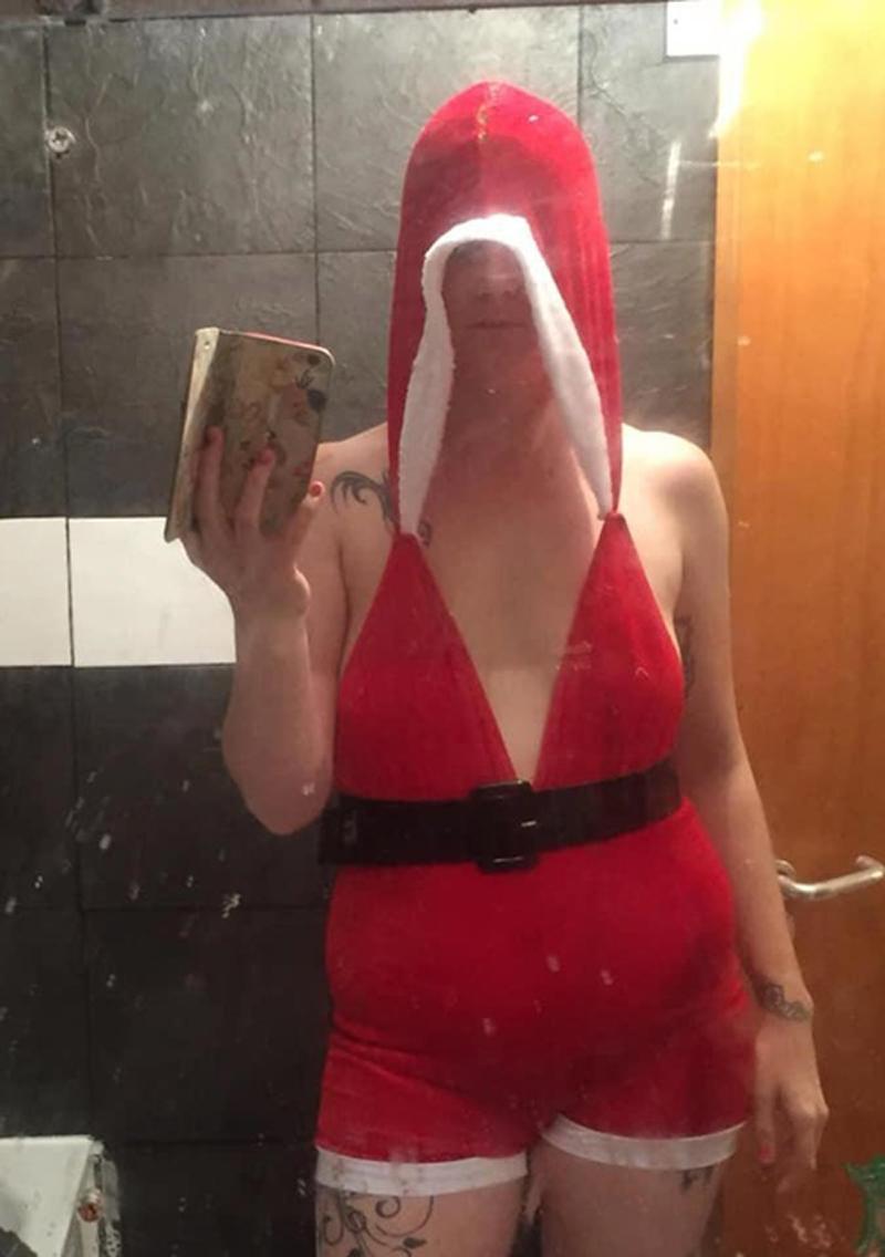 Tưởng rằng những chiếc váy giáng sinh đơn giản với hai tông màu trắng đỏ sẽ tránh được thảm hoạ mua hàng online, nào gờ bà mẹ 2 con này đành nhận một cú sốc quá lớn khi nhận được thiết kế chẳng khác nào đồ bỏ đi.
