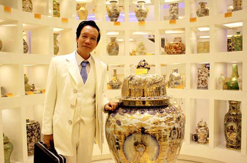 Ông Bùi Xuân Hải (tức Hải đồ cổ) sinh năm sinh 1943, ở Hưng Yên, nhưng gia đình sống ở Hải Phòng từ năm 1927. Năm 1965, ông tốt nghiệp đại học, về dạy học ở Hưng Yên. Thời gian này, ông được học trò tặng chiếc bình cắm hoa.