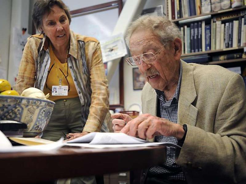 """Bruce Ames, 90 tuổi,chuyên gia chống ung thư và chống lão hóa người Mỹ, ứng cử viên tranh giải Nobel đã viếtmột bài báo trên tạp chí hàng đầu quốc tế """"Học viện Khoa học Học thuật"""" nói về những nguồn dinh dưỡng vàng mà ông đã nghiên cứu nhiều năm."""