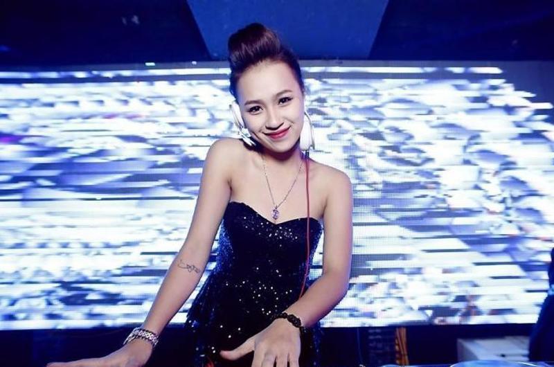 DJ Tít (tên thật Trần Thị Thủy Tiên, sinh năm 1994) là một trong những nữ DJ nổi tiếng hàng đầu lòng làng nhạc Việt không chỉ nhờ tài năng mà còn bởi vẻ ngoài nóng bỏng, quyến rũ.
