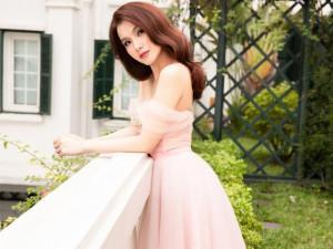 Hoa hậu Thùy Lâm khoe vòng 1 căng tràn sức sống với váy trễ vai