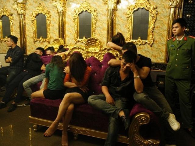 Bắt quả tang cô giáo tiểu học cùng lãnh đạo ngân hàng sử dụng ma túy trong quán Karaoke