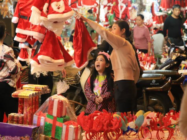 Rộn ràng không khí Giáng sinh tại khu phố Hàng Mã, trẻ nhỏ thích thú lựa quà cùng bố mẹ