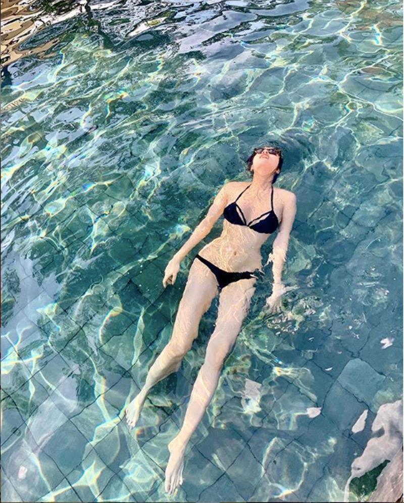Hoa hậu Kỳ Duyên khoe thân hình nuột nà dưới nước với set đồ bikini đen tối giản, đôi chân dài miên man của người đẹp thu hút mọi ánh nhìn. Mỹ nhân đình đám còn có mong ước trở thành nàng tiên cá.