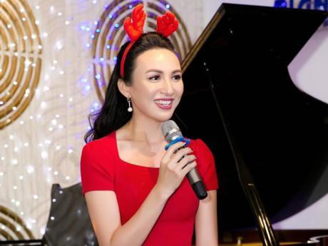 """Hoa hậu Ngọc Diễm hóa """"bà già Noel"""" trong đêm nhạc trước thềm Giáng sinh"""