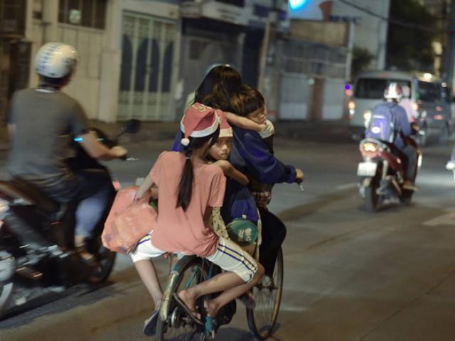 Mẹ chở một lúc 3 con trên xe đạp cũ, chi tiết đặc biệt khiến bao người xúc động