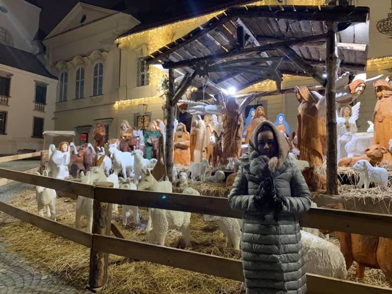 Đang có chuyến lưu diễn ở Tiệp Khắc, Vy Oanh khoe nhiều hình ảnh đón Noel tươi vui ở nước ngoài khiến fan thích thú.