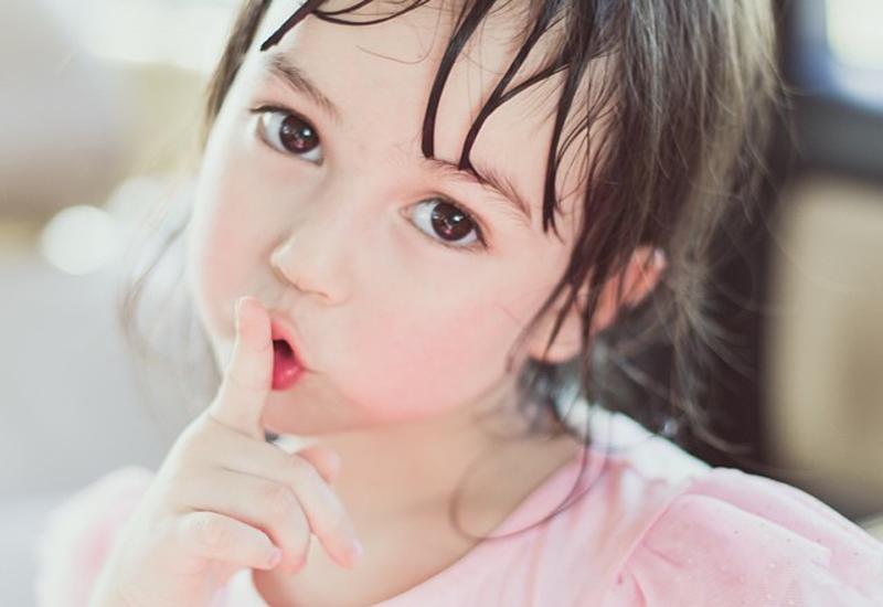 1.Khi mới sinh con có thể vuốt lông mày con hàng ngày, khi lớn lông mày bé sẽ đẹp hơn.
