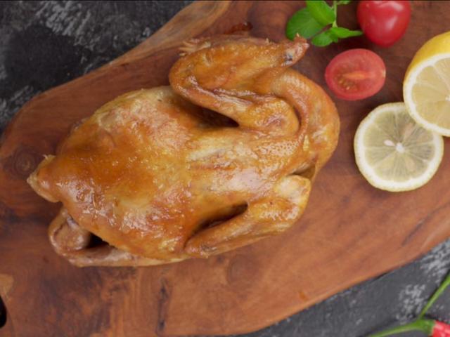 Thả con gà cùng vài nguyên liệu vào nồi cơm điện, sau 35 phút được món ngon bất ngờ