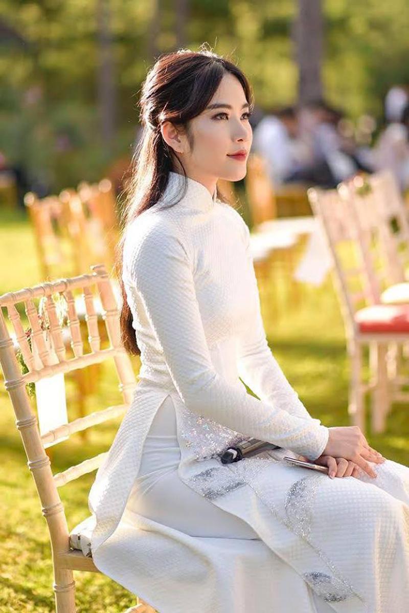 Nam Em khoe ảnh diện áo dài trắng tinh khôi mới nhất lên trang cá nhân của cô, vẻ đẹp ngọt ngào của người đẹp vẫn còn vẹn nguyên, Tuy nhiên một số fans cho rằng người đẹp đang tăng cân.