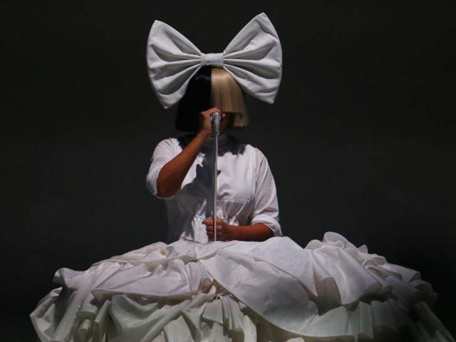 Lý giải nguyên nhân khiến nữ ca sĩ lừng danh luôn che mặt khi hát