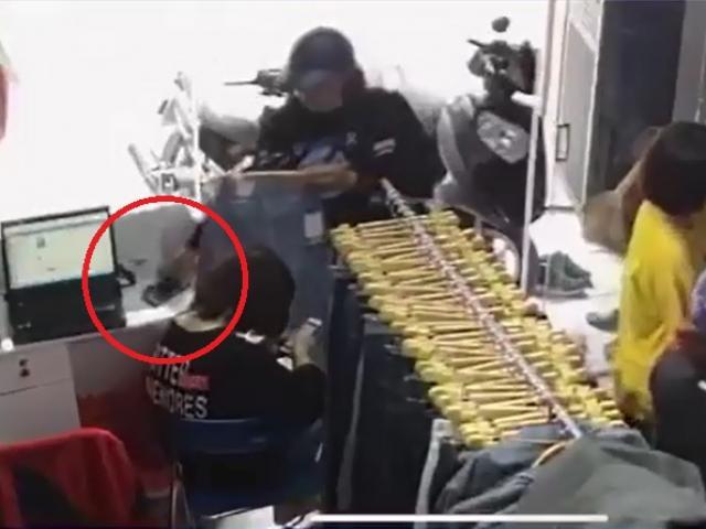 Nữ quái trộm điện thoại dễ như bỡn ngay trước mặt nhân viên