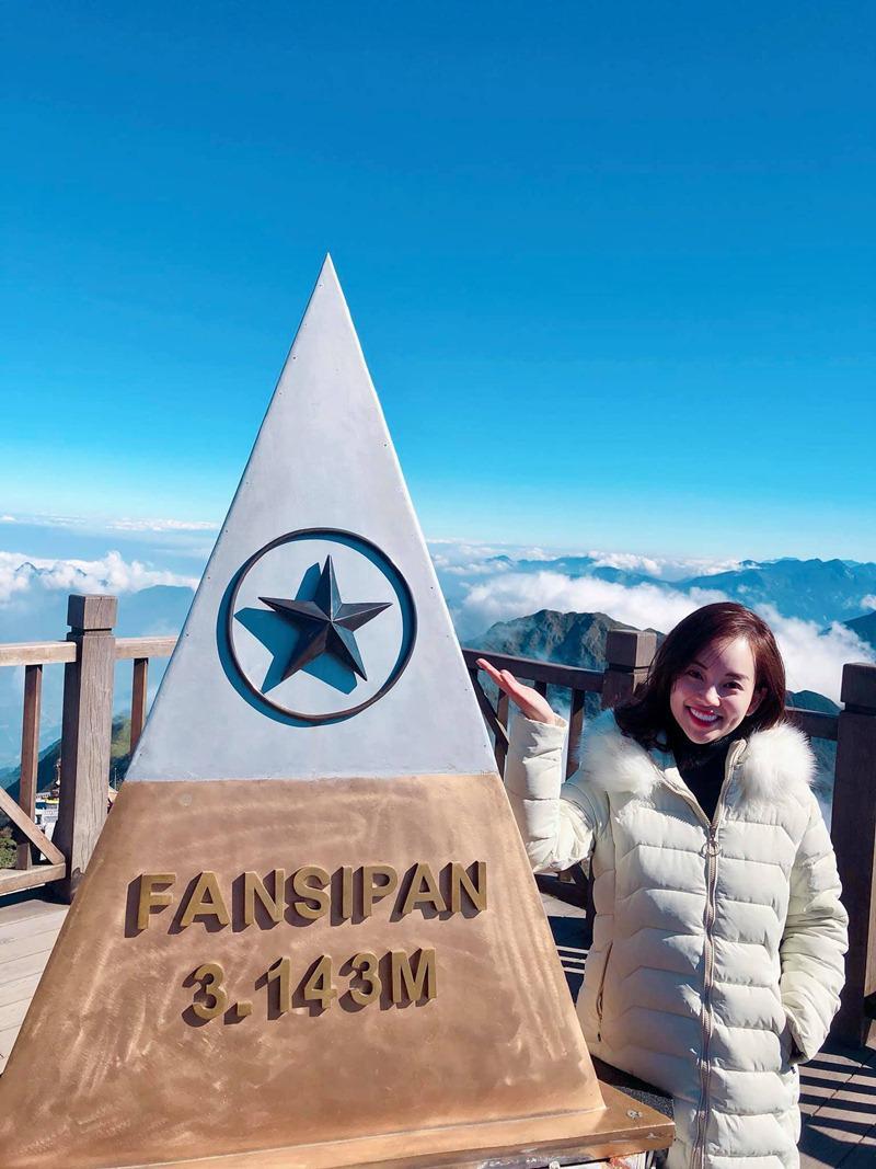 Thời tiết rất lạnh trên đỉnh Fanxipan mùa này khiến cô phải trang bị áo phao cực ấm.
