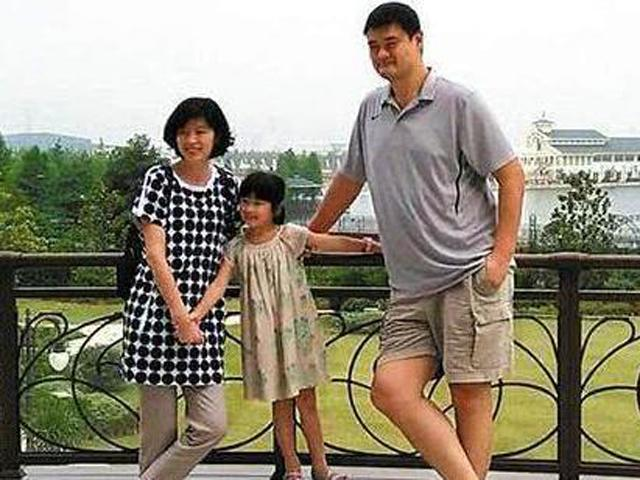 Mẹ cao 1m5, bố cao 1m68 nhưng con trai cao 1m8, cả gia đình bắt đi xét nghiệm ADN