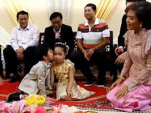 Chị và em trai song sinh6 tuổi làm đám cưới cực xa xỉ, của hồi môn 180 triệu đồng