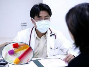 """Người phụ nữ cầu cứu bác sĩ vì đi vệ sinh ra máu sau khi làm """"chuyện ấy"""" với chồng"""