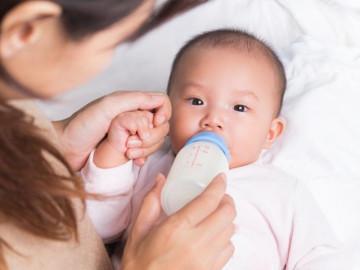 Cách xử trí khi trẻ sơ sinh bị ọc sữa theo chuẩn bác sĩ