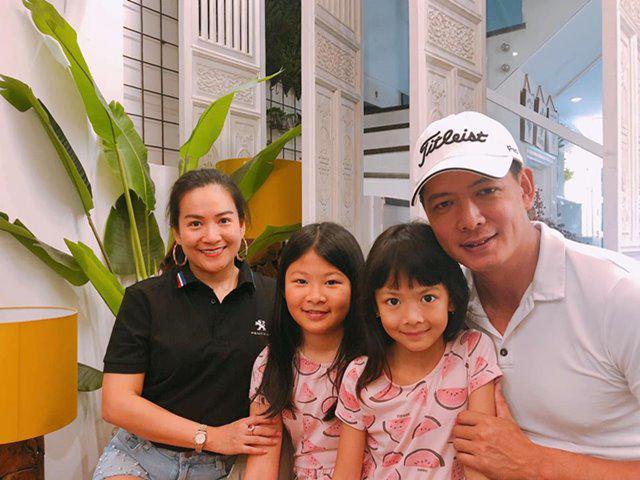 Mẹ là đại gia, bố là người nổi tiếng nhưng 2 con gái Bình Minh mới gây chú ý