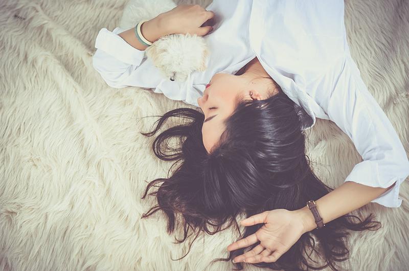 Chúng ta đều biết ngủ đủ giấc sẽ tốt cho sức khỏe, nhưng đừng hiểu nhầm rằng ngủ quá nhiều sẽ có lợi. Không ít người thường cố nằm ngủ nướng buổi sáng mà không biết đang tự hại chính mình.